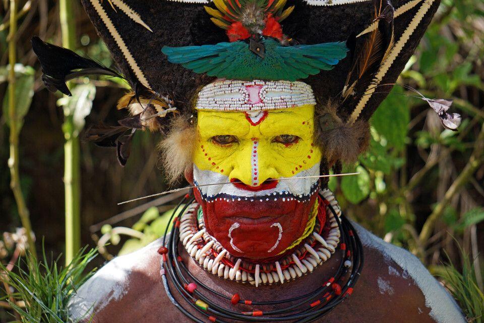 Ein Huli-Stammesmann in voller Bemalung