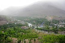 Blick auf die Stadt Khorog vom botanischen Garten aus.