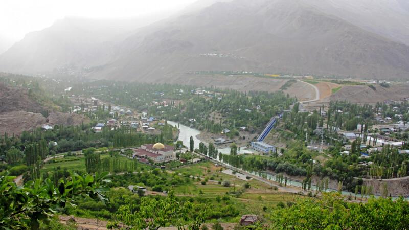Blick auf die Stadt Khorog vom botanischen Garten aus. © Diamir