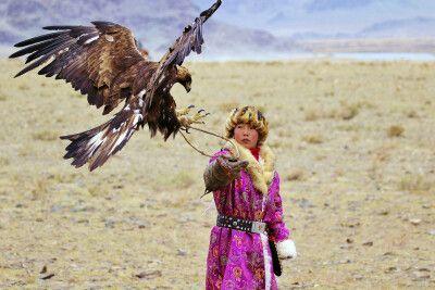 Mädchen mit ihrem Adler beim Festival