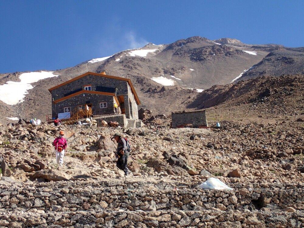 Über dem Hochlager steilt sich der Gipfel des Damavand auf.
