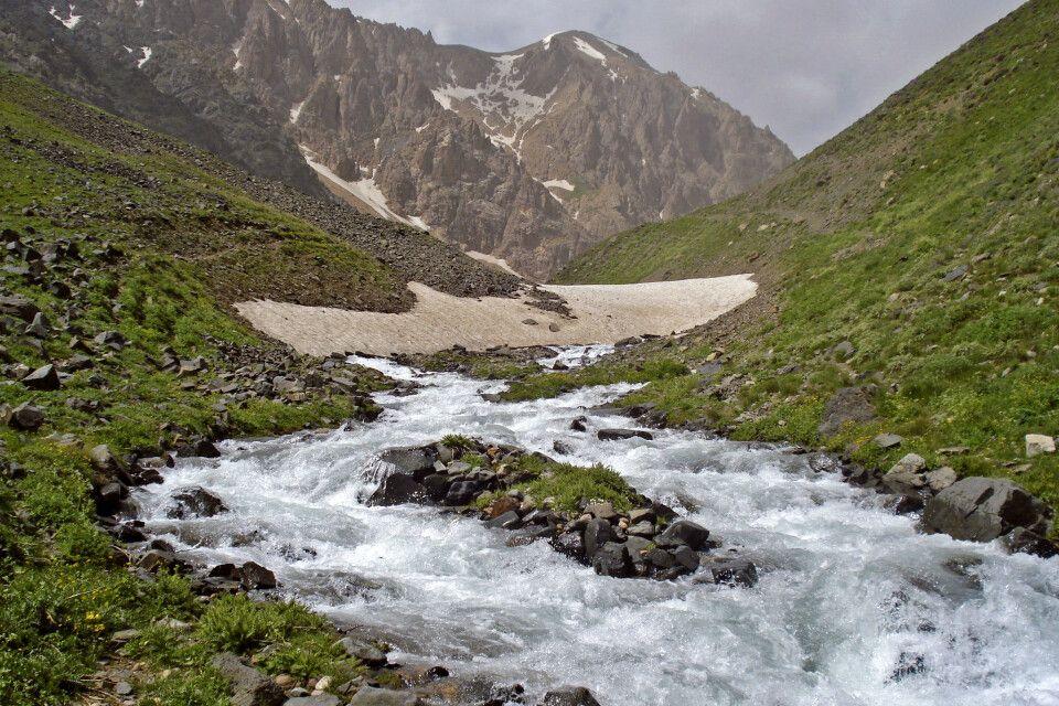 Alam Kuh – Entlang eines Wildbaches führt der Weg hinauf das Plateau der 4000er.