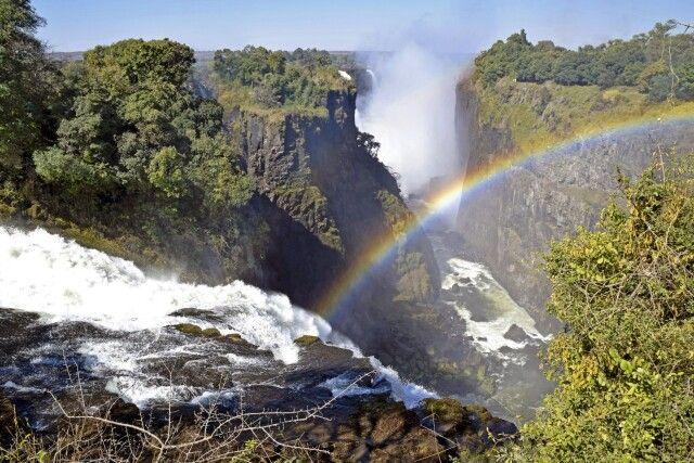 Victoriafälle: Über 16 Aussichtspunkte bietet der Rundwanderweg auf simbabwischer Seite. Der Sprühnebel am Devil's Cataract garantiert immer einen bezaubernden Regenbogen.