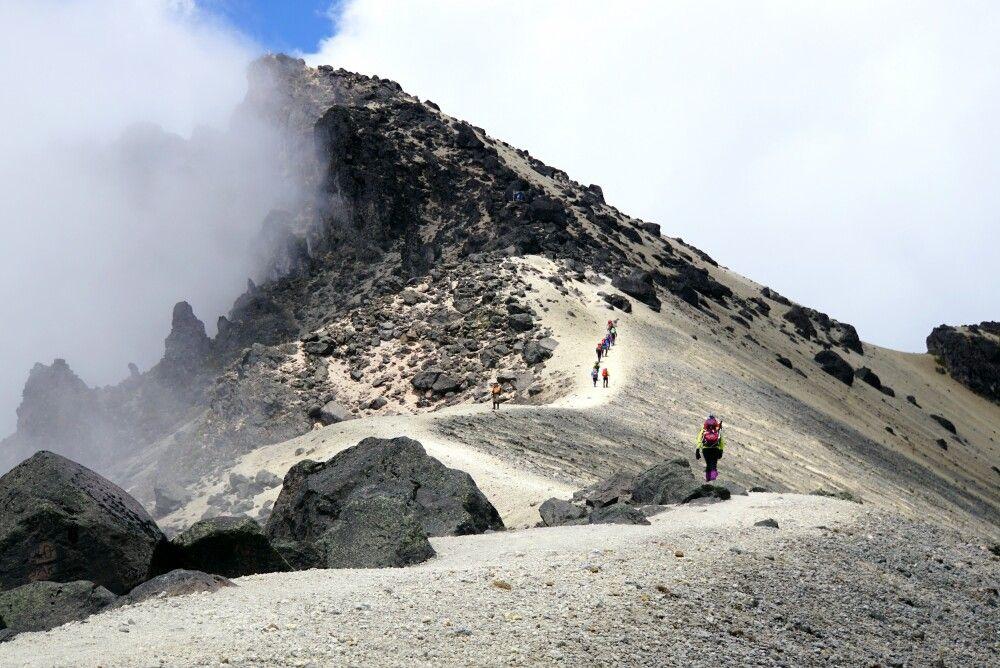 Zum Vorgipfel des Guagua Pichincha entlang des Randes der Caldera