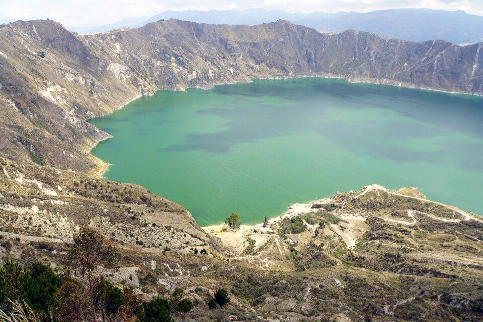Die Laguna Quilotoa wechselt je nach Sonnenstand ihr Farbe