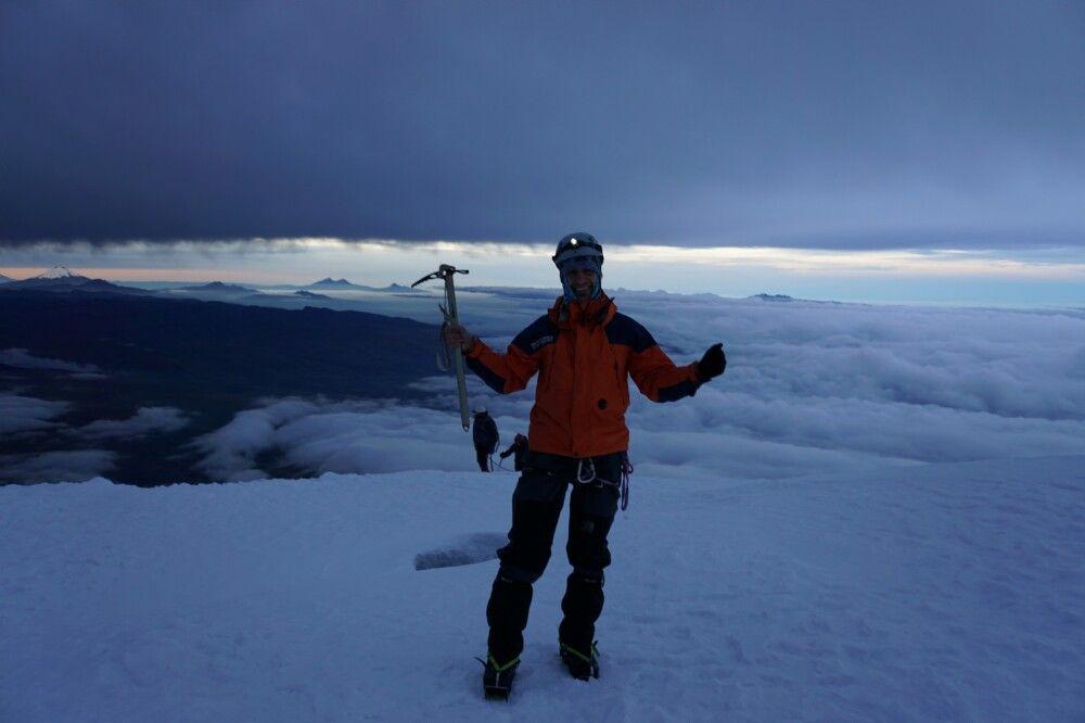 Glücklich auf dem Gipfel des Cayambe