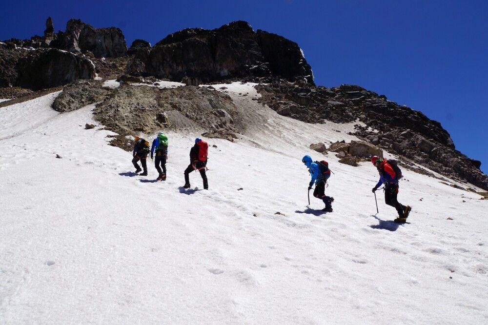 Am Carihuayrazo über steilen Firn und vorsichtig über brüchige Felsen zum Gipfel