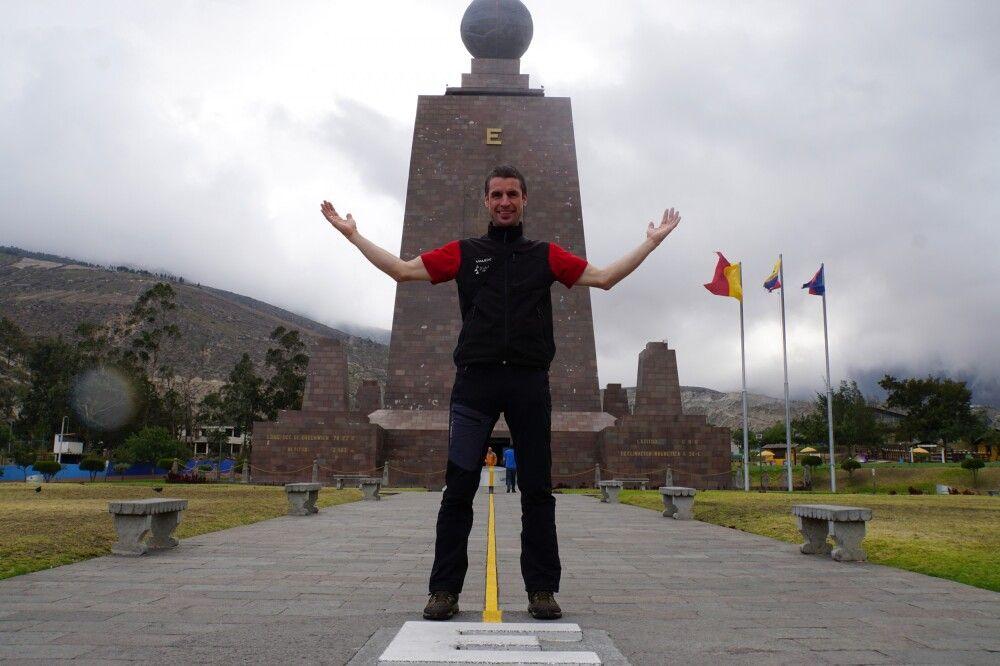 "Am Äquatordenkmal ""Mitad del Mundo"""