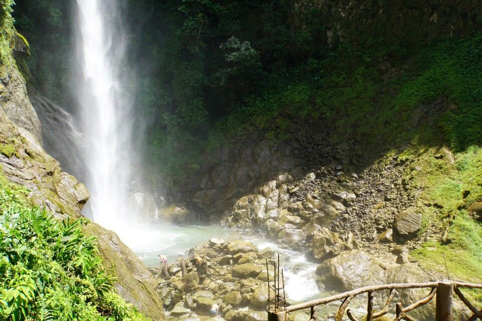 Baden unterm Wasserfall im Tal des Rio Pastaza