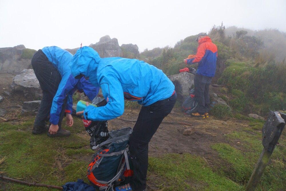 Regen am Imbabura. Gute Regenbekleidung ist beim Bergsteigen in Ecuador Pflicht!