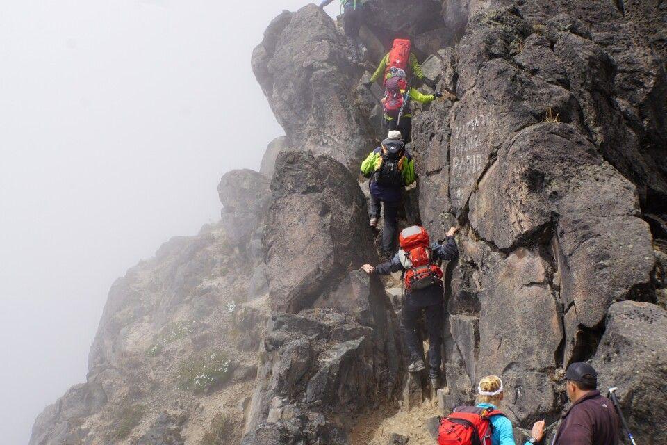 Kurze Kletterstelle unterm Gipfel des Guagua Pichincha (4776 m)