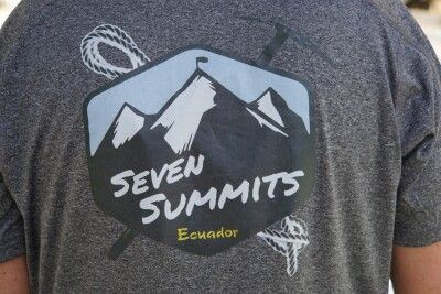 """Berg-""""Urlaubs""""-Maximalziel auf dem Rücken von schickem T-Shirt"""