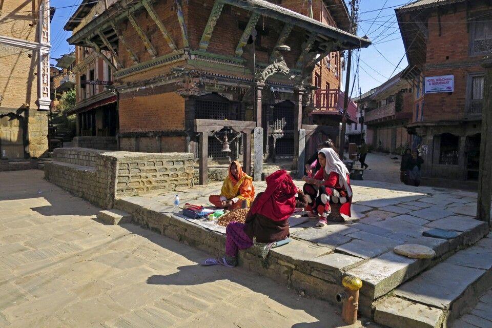 Händlerinnen vorm Bindhebasini Tempel, Bandipur