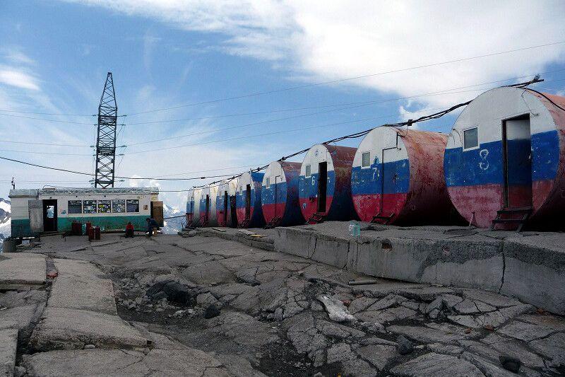 Hier werden wir für einige Tage wohnen: Die Botschki-Tonnen des Basislagers.