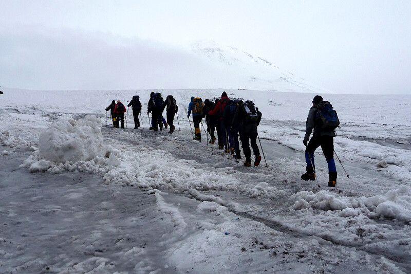 Aufbruch zur Akklimatisierungstour hinauf zu den Pastukhov-Felsen. Immer schön über den Gletscher!