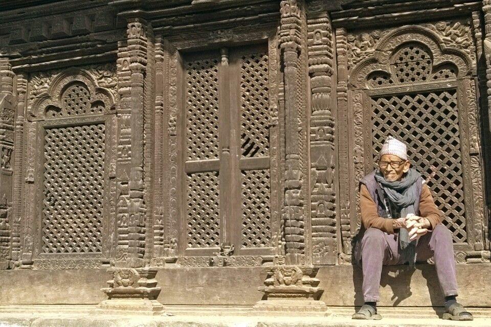 Mann vor einem Tempel in Bhaktapur