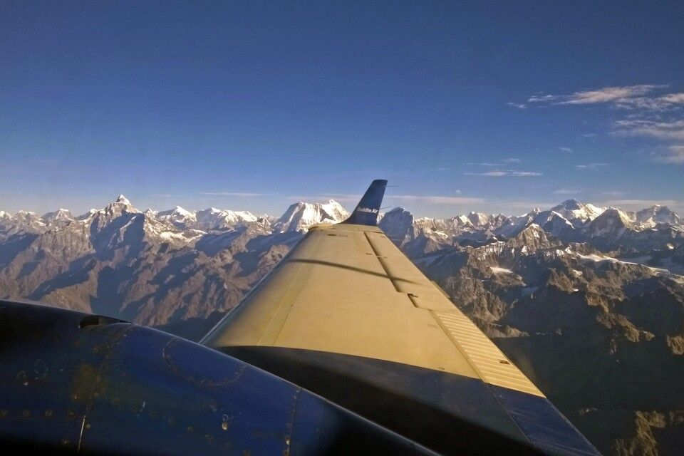 Panoramaflug entlang des Himalaya