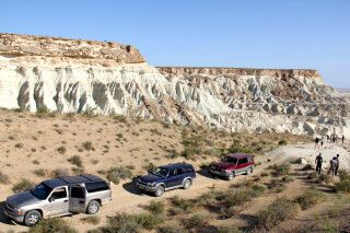 Jeeps vor den bunten Sandsteinformationen Yangisuw