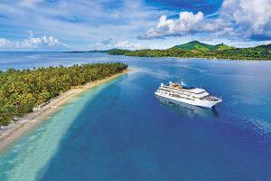 Die MV Fiji Princess vor Anker bei Nanuya