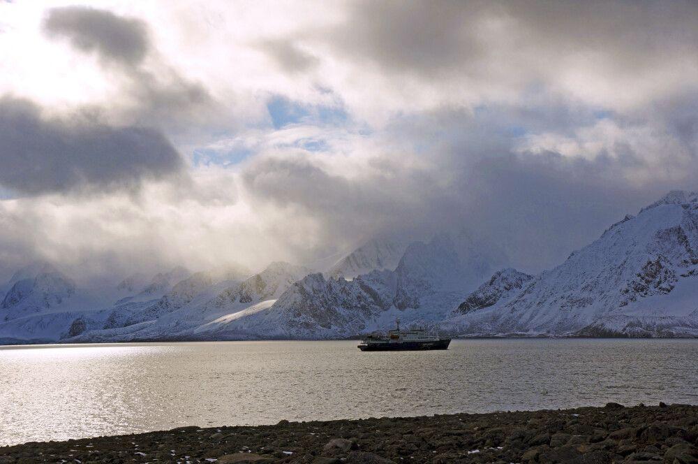Die Plancius vor Anker in Spitzbergen