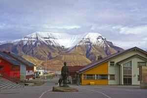 Blick auf Longyearbyen und den Hausberg