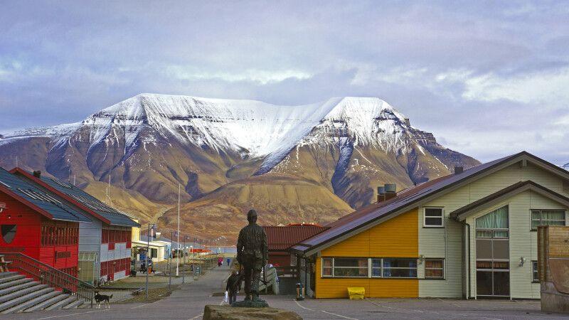 Blick auf Longyearbyen und den Hausberg © Diamir