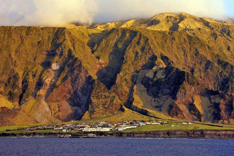 Die Berge von Tristan da Cunha im Abendlicht