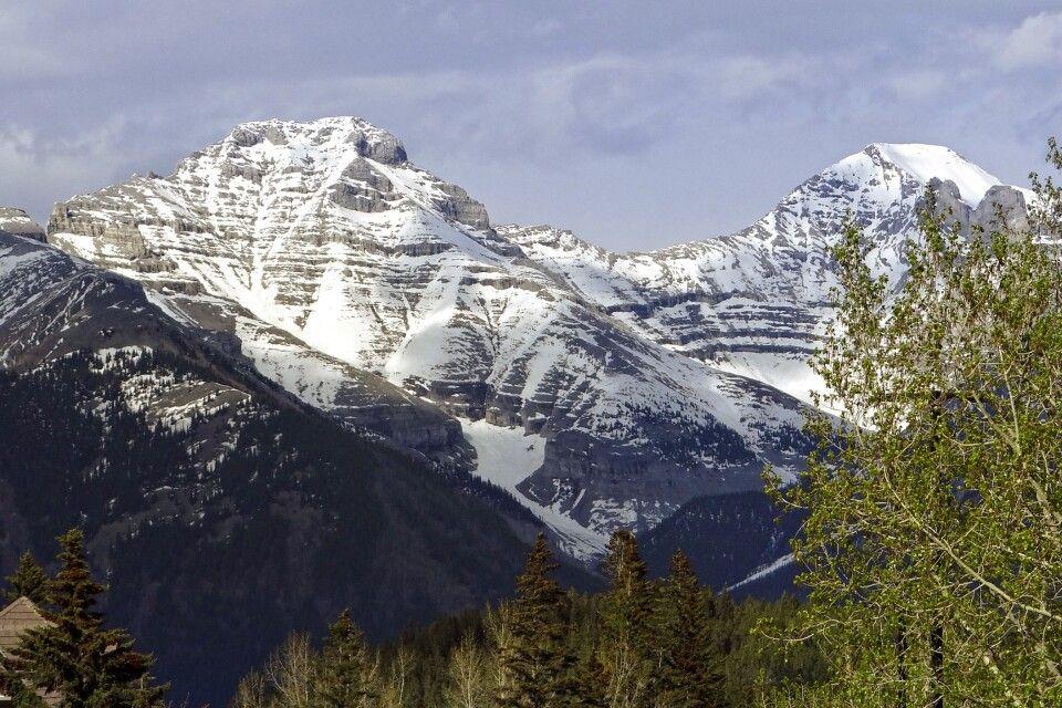 Berggipfel über den Häusern von Banff