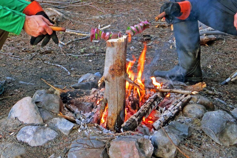 Über dem Lagerfeuer werden viele Leckereien gegrillt