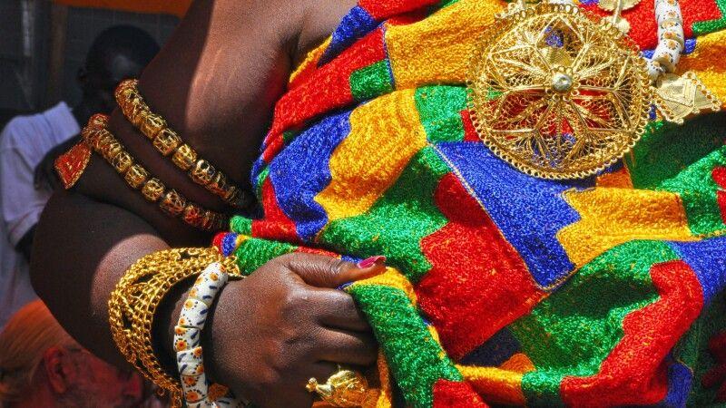 Ashanti Funeral_Zeremoniegewand und Schmuck © Diamir
