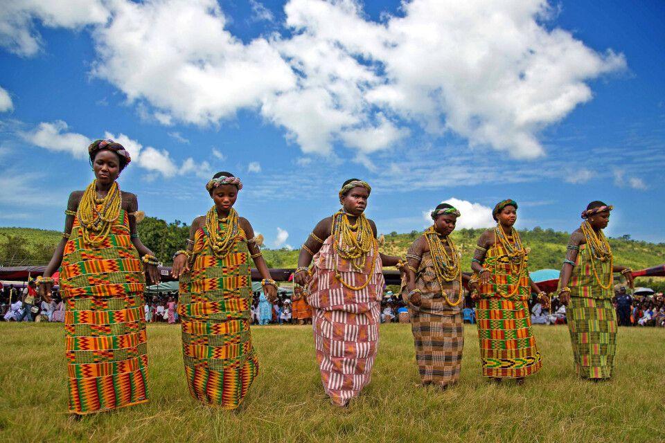 Frauen in Festtagskleidung beim Millet Festival in Krobo