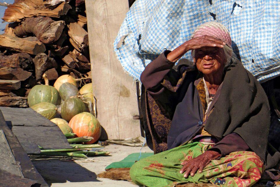 Ältere Frau in einem Dorf in Nepal