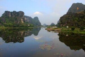 Tam Coc - schroffe Kalksteinfelsen und endlose Reisfelder prägen hier das Landschaftsbild der trockenen Halongbucht