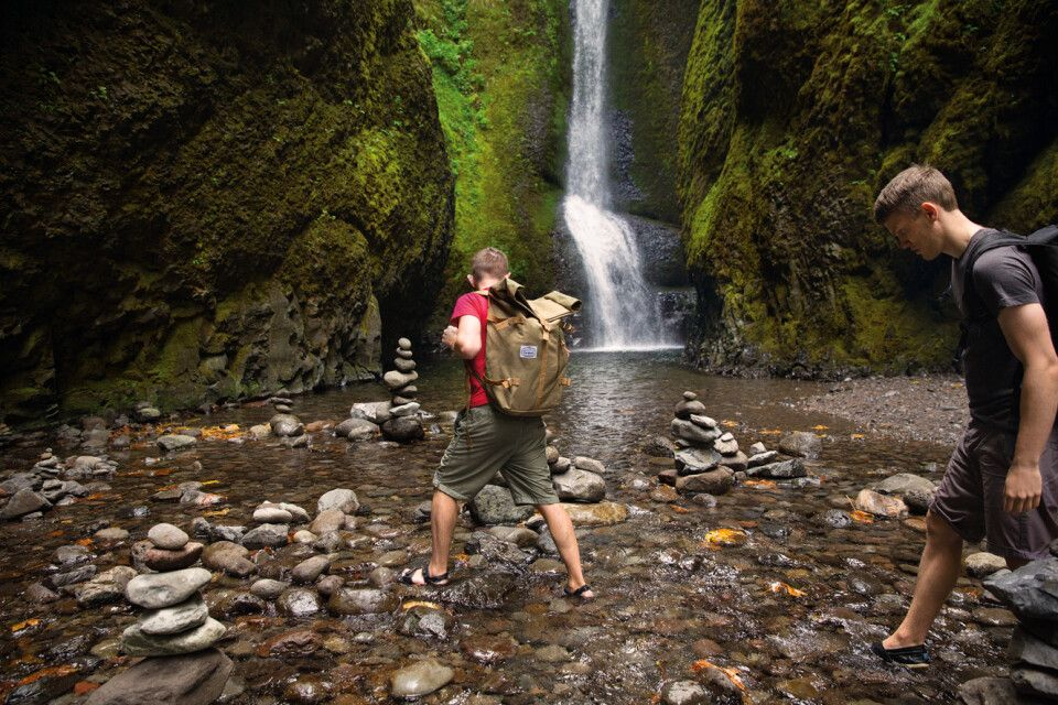 Wanderer an einem Wasserfall in der Columbia River Gorge in Oregon