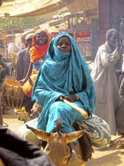 Frau auf Esel zum Markttag