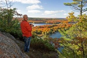 Wanderer im Algoma-Gebiet im Norden Ontarios im Herbst, Indian Summer