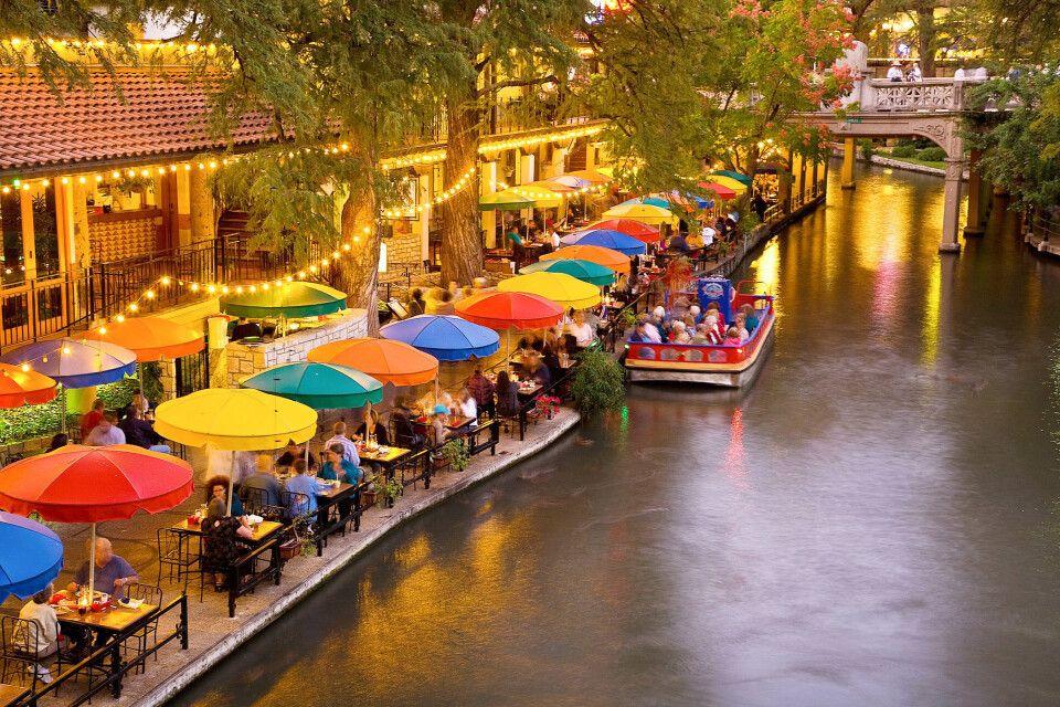 Riverwalk in der Abenddämmerung in San Antonio, Texas