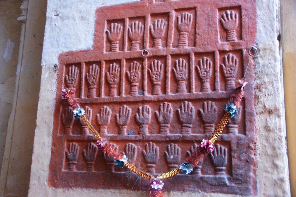 Handabdrücke von Frauen, die mit Ehemann in Tod gingen