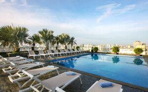 Auf der Dachterrasse befindet sich der Pool des Hotels.