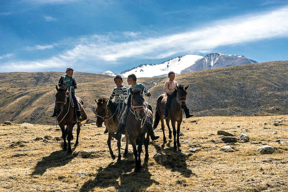 Nomadenkinder auf Pferden