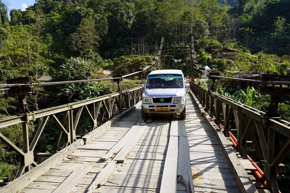 Brückenüberfahrt in Arunachal Pradesh auf dem Weg nach Aalo