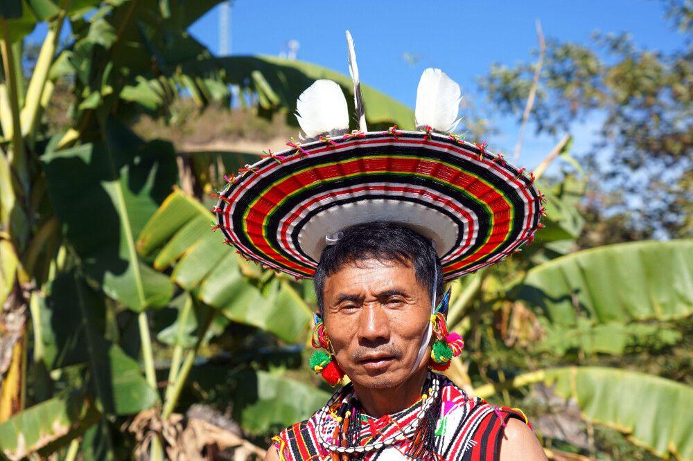 Stammesvater der Angami Naga auf dem Hornbill Festival in Nordostindien