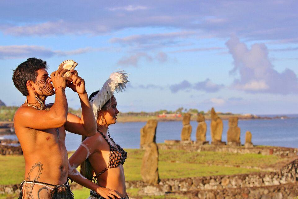 Traditionell gekleidete Einwohner der Osterinsel