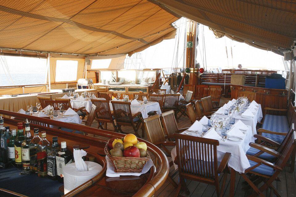 Auf dem Lido Deck der Sea Cloud stilvoll dinieren