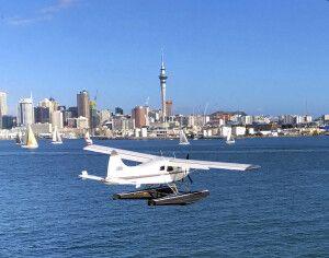 Wasserflugzeug über dem Hafen von Auckland