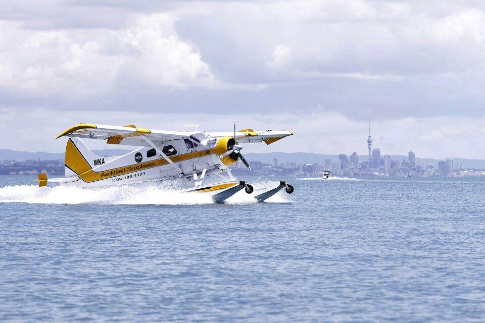 Start des Wasserflugzeuges im Hafen von Auckland