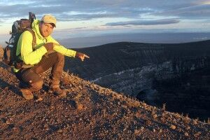 Unser Kollege Uwe am Krater des Ol Doinyo Lengai