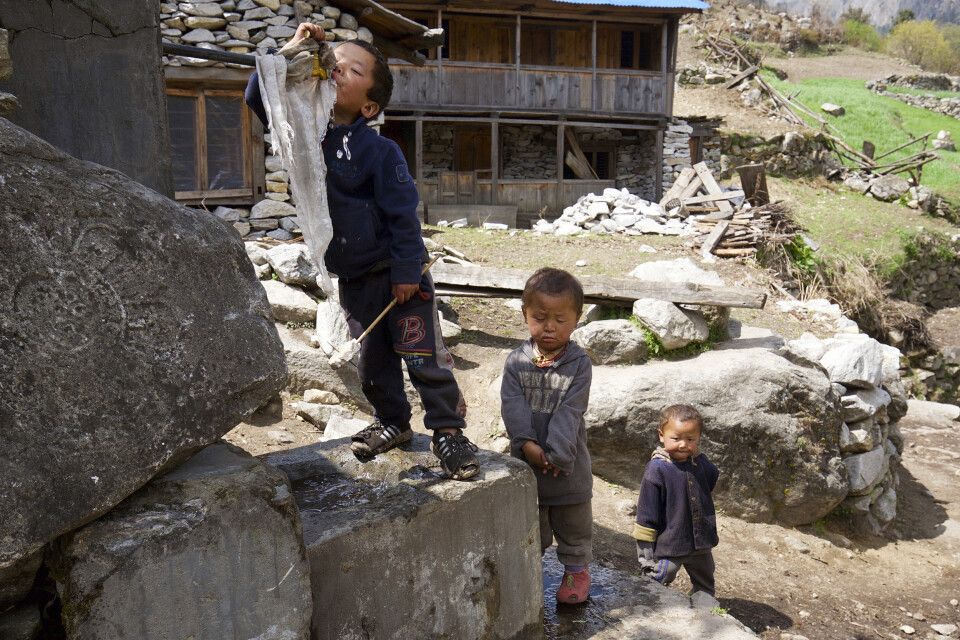 Kinder beim Trinken am Wasserhahn