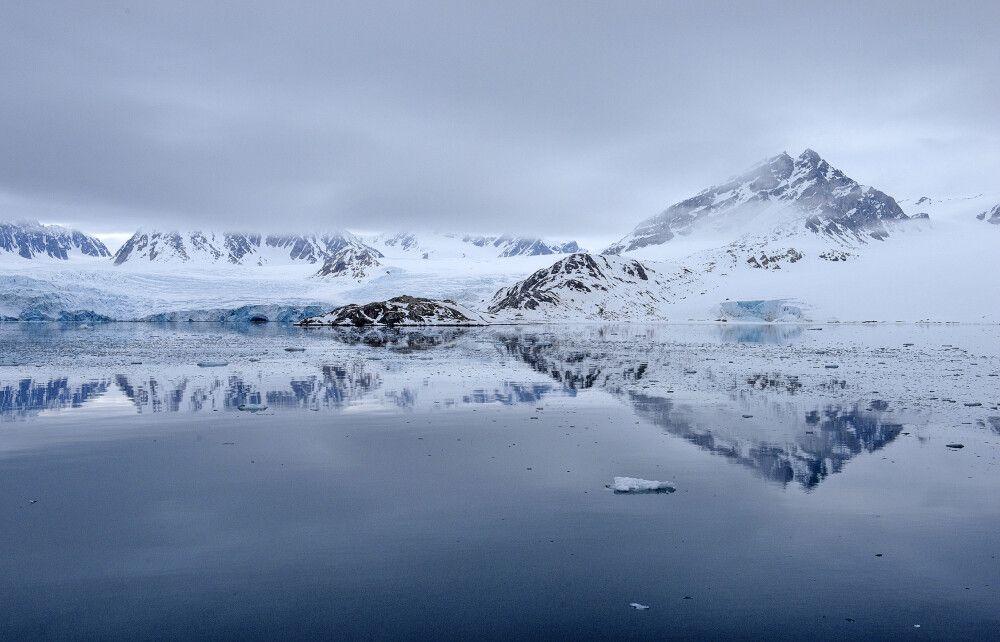 Arktische Stille: Spiegelung an der Gletscherfront