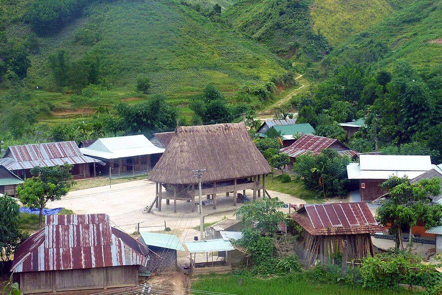 Dorf der Katu in den Bergen Zentralvietnams
